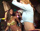 loira e morena dancando em festa de carnaval