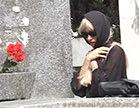 loira gostosa andando pelo meio do cemiterio