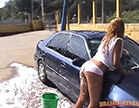 loira gostosa lavando o carro molhadinha
