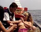 loira gostosa no barco fodendo fazendo menage com o casal