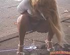 loirinha safada faz xixi na beira da estrada