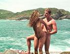 marmanjo bem dotado fodendo a bucetinha da loirinha gostosa na praia