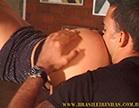 marmanjo fazendo um cunete na bunda de uma morena gostosa