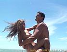 marmanjo poe a gostosa no colo e come a bucetinha dela no meio da praia