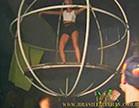 morena gostosa dancando em cima do palco com roupa curta
