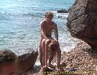 morena gostosa dando de quatro no meio da praia deserta