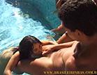 morena gostosa fazendo sexo oral na piscina