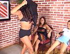 morena gostosa fazendo striptease para as safadas