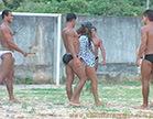 morena gostosa invade futebol para transar com diversos homens