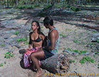 morena gostosa recebendo xaveco no meio da praia