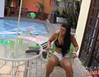 morena gostosa relaxa na piscina