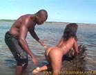 morena gostosa se exibindo na praia