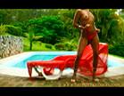 morena mostra os peitos perfeitos em frente a piscina