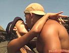 moreninha beijando macho na praia