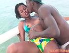 moreninha mel sendo beijada no barco