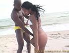 moreninha seduz negao na praia