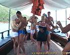 mulheres gostosas e homens dancando em uma escuna