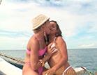 mulheres gostosas se beijando em alto mar