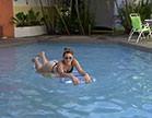 nayra mendes relaxa na piscina