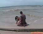 pequena de quatro na praia dando a buceta
