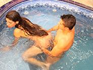rabuda cristiani fatally dando a buceta dentro da piscina