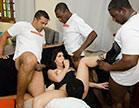 sexo grupal com bem dotados deixando morena enlouquecida de tesao