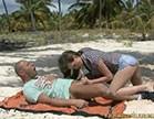 tarra white abusa de um bem dotado na areia da praia