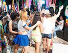 varias gostosas dancando em festa de carnaval