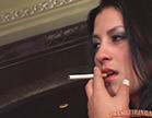 veronica bella seduzindo com o cigarro na boca