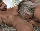 A nossa loira gostosa rebolou na cara do ator e fez sexo anal gemendo sem parar