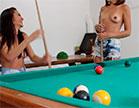 A duas morenas gostosas pegaram um assinante de jeito, gravaram cenas de sexo ex