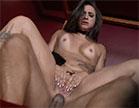 A morena gostosa é verdadeiramente tarada por sexo anal e, ao lado de Loupan, d