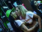 O samba virou funk e as atrizes pornô da Brasileirinhas continuam na orgia sem