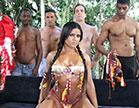 Ana Júlia, a índia mais safada do filme, fode com 4 homens da rola grande, dá
