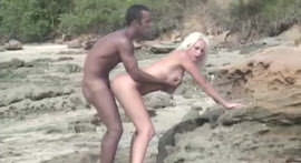 Negão shagging branquinha blonde in the middle of the beach
