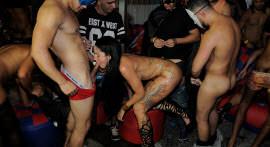 E a orgia de Halloween continua no salão da Hard Brazil