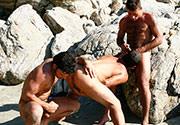 Que trio mais safadinho! Três morenos trepando no meio da praia: um deles é guloso e faz uma dupla penetração anal cheio de tesão até gozarem bem gostoso...