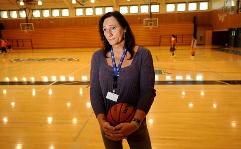 Ex-soldado ganha aval para disputar torneio feminino de basquete