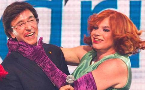 Primeiro-ministro beija travesti