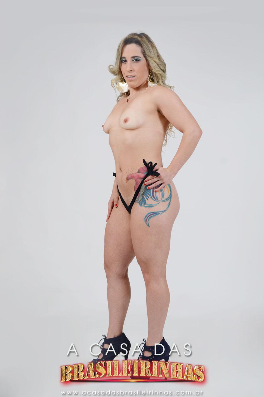 laura-pimenta-tatuada-mostrando-os-peitinhos.jpg