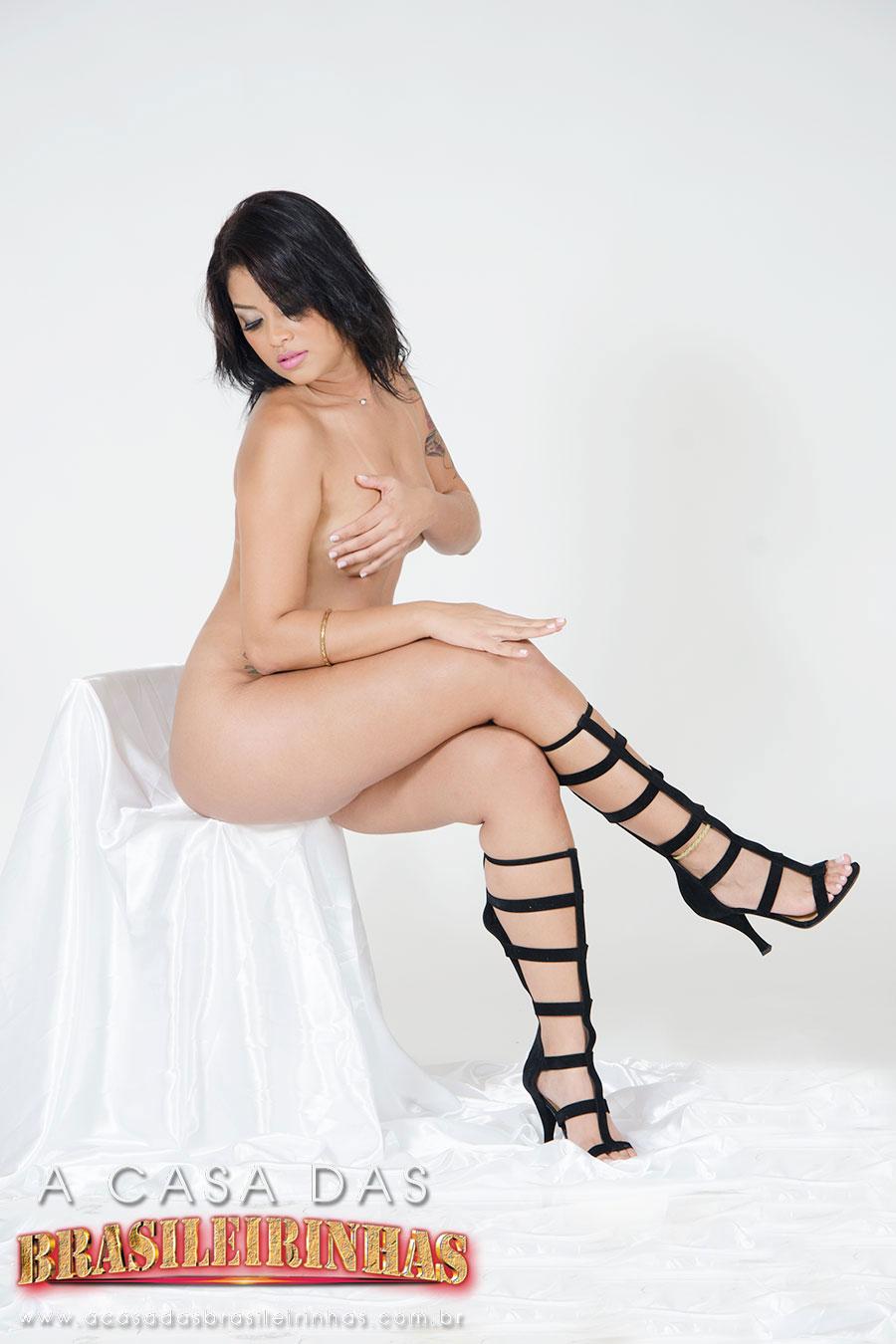 juju-rangel-sentada-muito-sexy-com-a-mao-no-peitinho.jpg