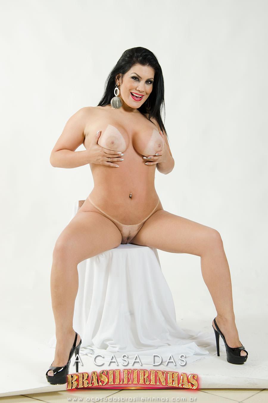 bruna-ferraz-segurando-os-peitoes-mostrando-a-bucetinha.jpg