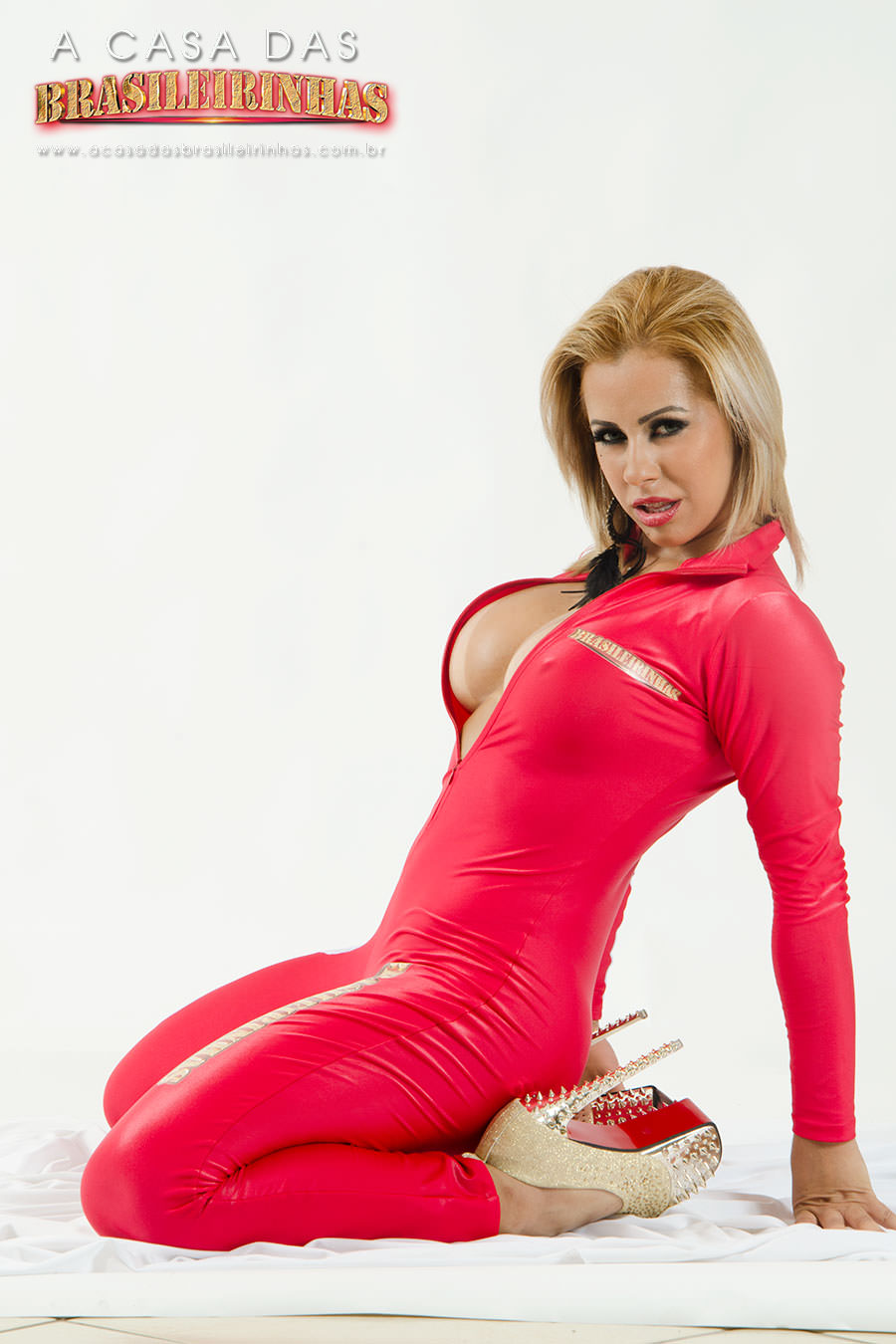 Nicolle-Bittencourt-muito-gostosa-de-joelhos-no-chao.jpg