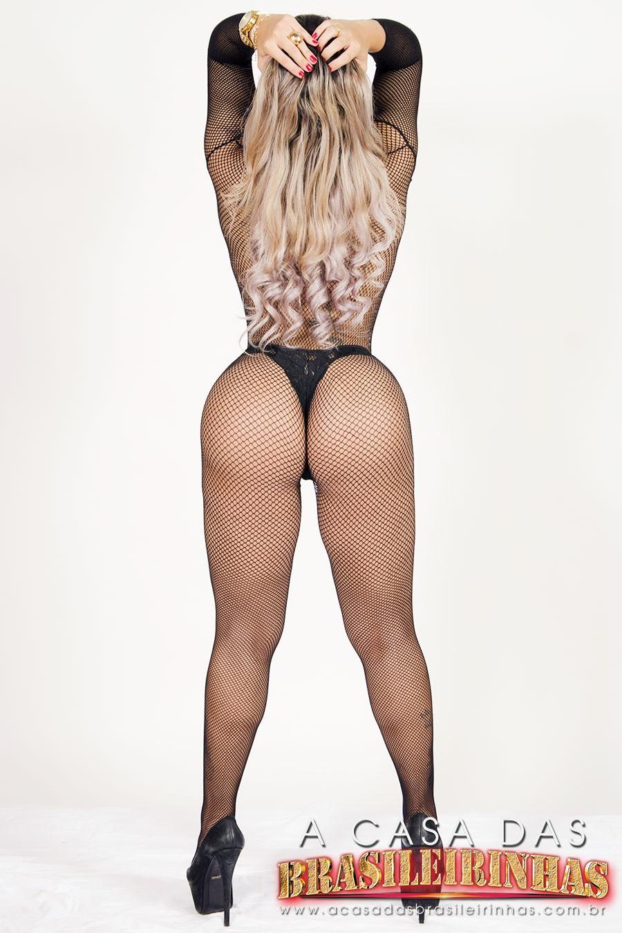Angel-Lima-posa-de-costas-para-a-camera.jpg