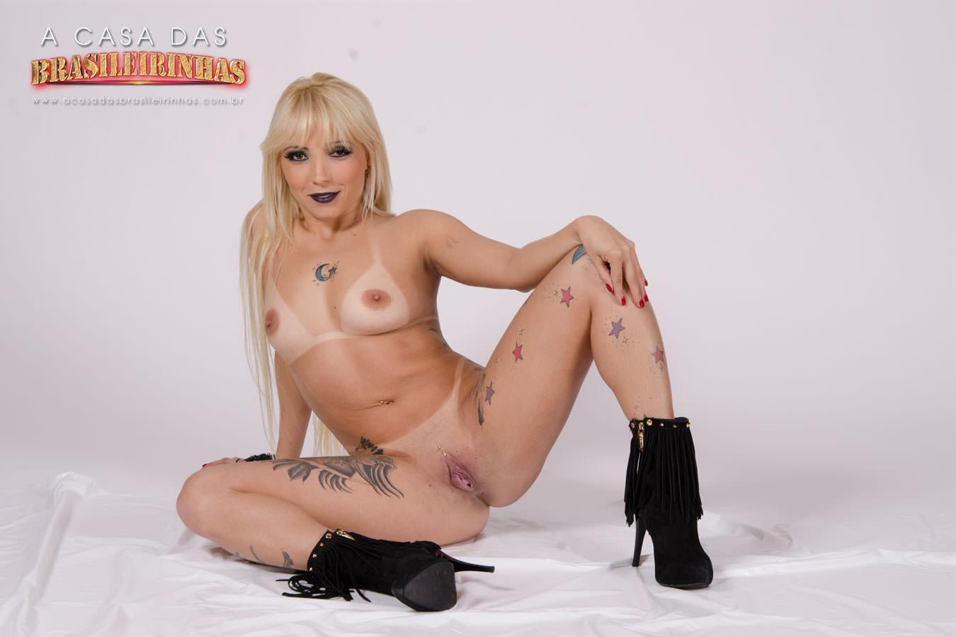 Penelope-Mendes-sentada-com-pernas-abertas.jpg