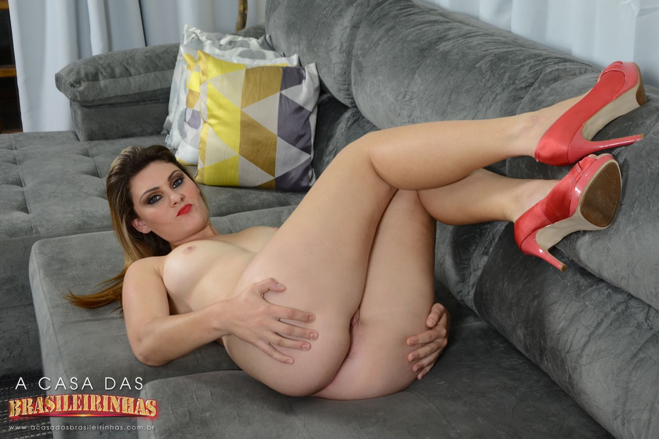 nayra-mendes-bem-gostosa-no-sofa.jpg