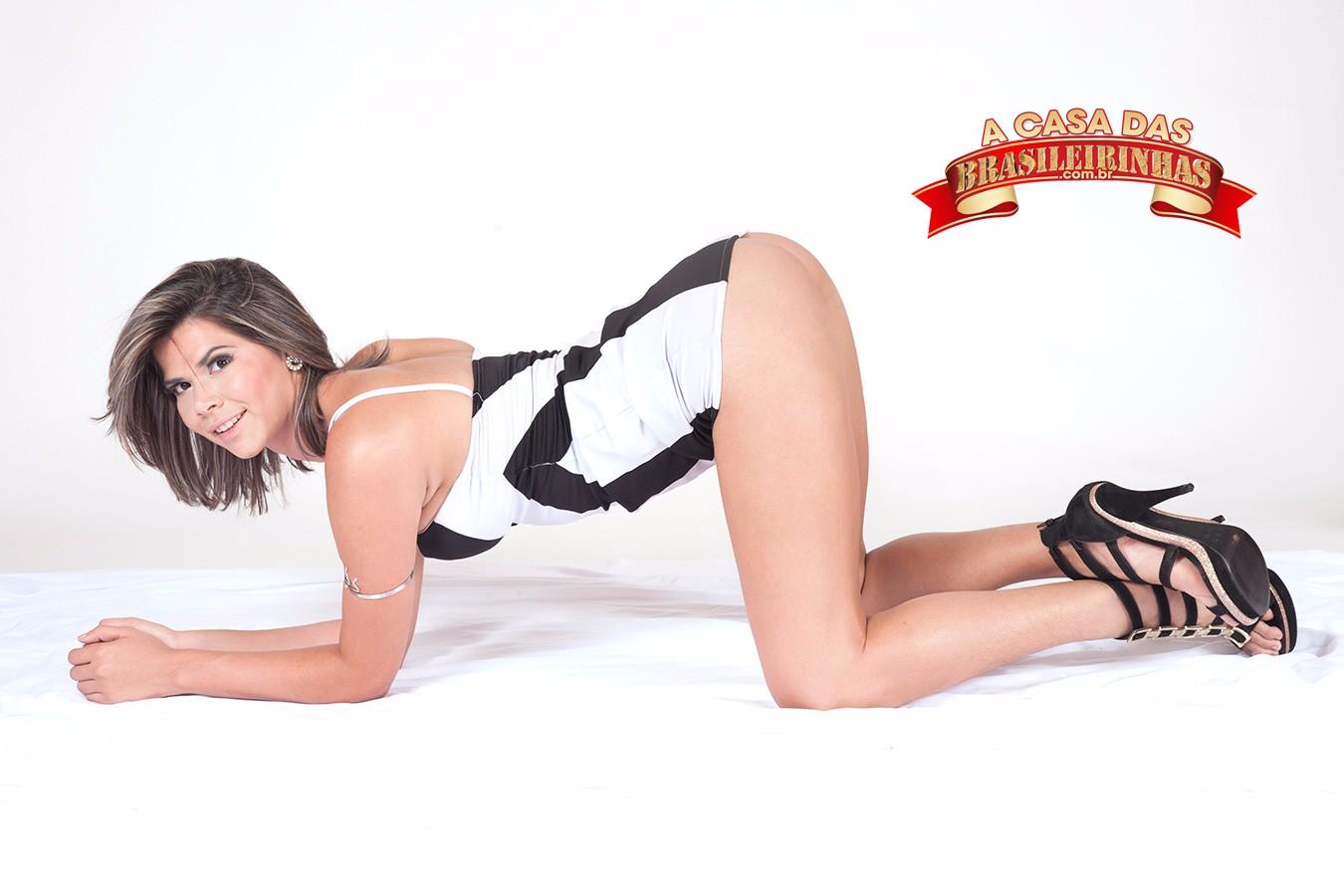Emanuella-Martins-de-quatro.jpg