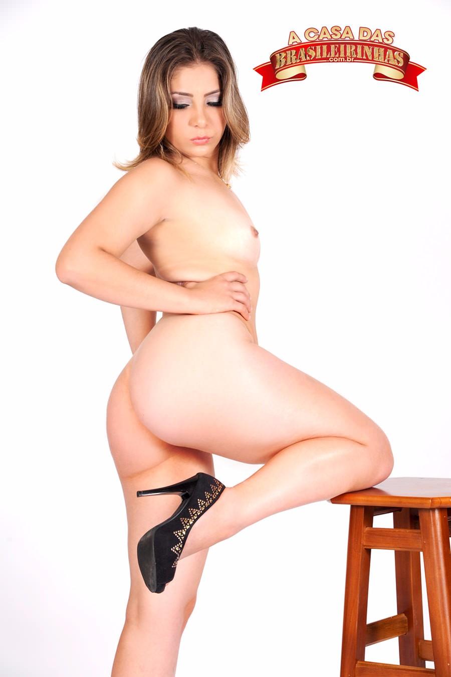 Nina-Lins-com-a-perna-pra-cima.jpg