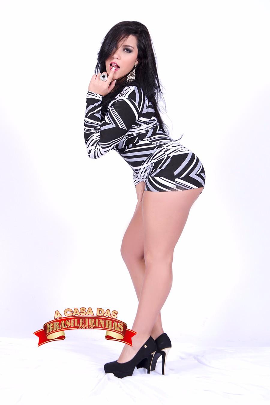 Rebecca-Santos-com-dedo-na-boca.jpg