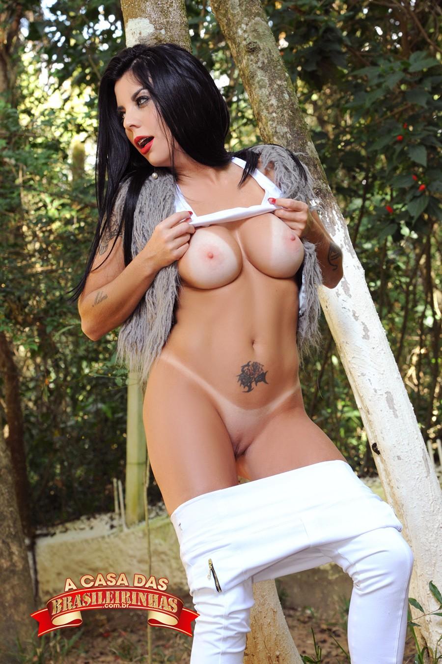 Milena-Sato-tirando-o-top.jpg